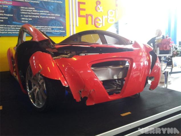 Ada rongsokan mobil listrik buatan Indonesia yaitu Tuxuci yang dinaiki oleh abah Dahlan Iskan dan Uda Ricky Elson karena mengalami tabrakan di Magetan :'(
