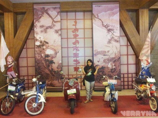 Berfoto di koleksi motor Jepang. Ada Sasuke dan Sakura membawa bendera Jepang. Yang dekorasi pasti wibu ya :v