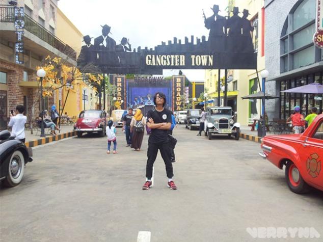 Sekarang berada di Outdoor yang bernama Gangster Town. Itu pose gangster mas?